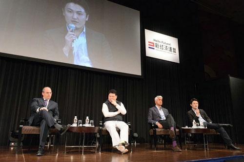 「起業成功の秘訣はまず行動」と話す福山太郎エニーパークCEO(向かって右端)
