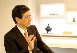 稲坂良弘(いなさか・よしひろ)<br/>香文化の専門家。1941年東京生まれ。早稲田大学卒。文学座付属演劇研究所を経て、劇作家・脚本家に。1982年にNY国連本部で香道の実演披露を手掛けたことをきっかけに、日本の香文化発信に携わり、香の伝道師と呼ばれる。1573年から続く「香十」の特別顧問も務めている。著書に『香と日本人』(KADOKAWA)がある。(photo by nanaco)