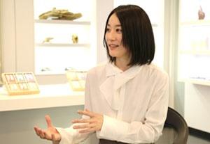 木下真理子(書家)<br/>日常生活は言うに及ばず、自身の書道教室でも香を欠かさない(photo by nanaco)