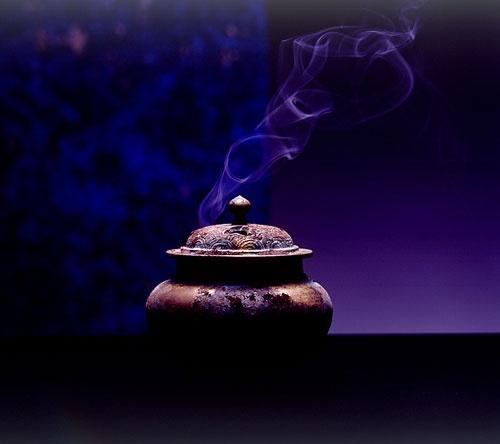 「香煙」は現世と仏の世界を繋ぐ回路と考えられていた(photo by日本香堂)