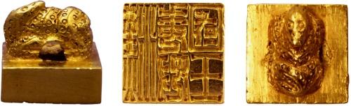 西暦57年に後漢の皇帝より倭の奴国王に与えられたとされる<br />一辺が2.3㎝、「漢委奴国王」と刻された金印(福岡市博物館)