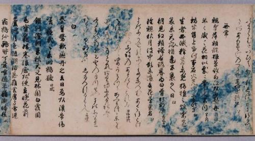 藍の雲形を漉き込み、全面に雲母(きら)が蒔かれている<br />源兼行 筆/雲紙本和漢朗詠集 下巻(三の丸尚蔵館)