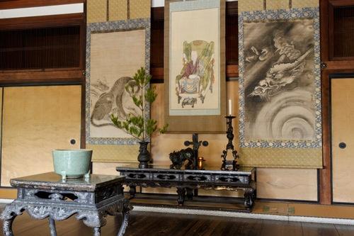 禅宗「建仁寺」の室内飾り。中央には「茶祖」栄西の頂像<br />(写真提供:建仁寺)