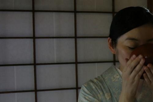静謐なその空間は俗世を切り離す。草庵風の茶室にて<br /> (photo by nanaco、以下同)