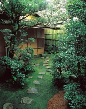 俗世を断って、神聖な茶室へと導く「露地」 茶室へは小さな「躙り口」をくぐって入る (写真提供:表千家 不審菴)