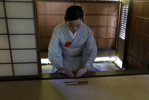 戸口に座り、扇子を膝前に置き、お辞儀して茶室に入る<br /> (photo by nanaco、以下同)