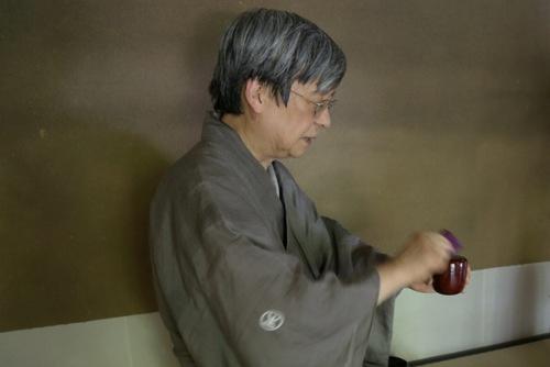 茶器の「棗(なつめ)」が服紗で清められる