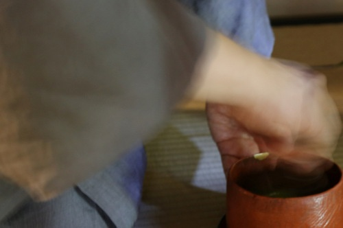 左手で茶碗が支えられ、茶筅で点てられる
