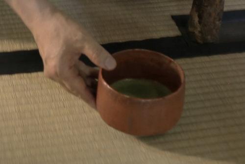 茶碗が両手から右手に移されて差し出される