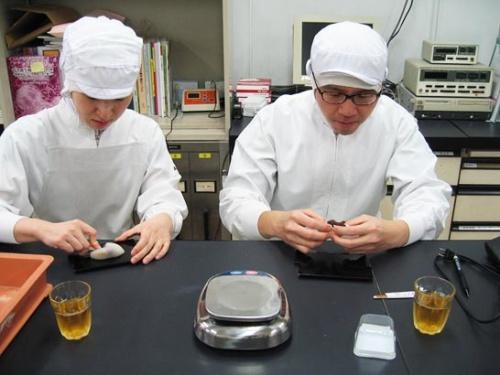 漆の皿、黒文字(和菓子用のようじ)を使い、15時頃に試食する。(写真提供:虎屋)