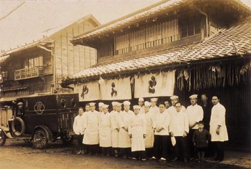 1925年(大正14年)正月の店頭風景。(写真提供:虎屋)