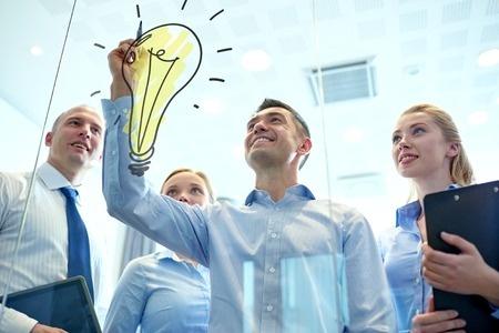 仕事は厳しいことが多いからこそ、明るくしようとみんなが努力することが必要だ。(写真:dolgachov / 123RF)
