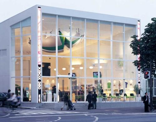 「Xbox 360が遠い宇宙からやってきた」というイメージで建築物をデザインした「Xbox 360 LOUNGE」