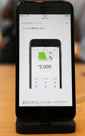 """アップルペイの機能を搭載したiPhone7。米アップルが提供する決済サービス「アップルペイ」は2016年10月から、日本でも始まった。だが、フェリカのシステムをベースにした""""日本版アップルペイ""""は実質的に日本でしか使えない。(写真:Rodrigo Reyes Marin/アフロ)"""