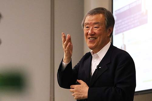 "<b>出口治明(でぐち・はるあき)氏</b><br/><b>ライフネット生命保険代表取締役会長</b><br/>1948年三重県生まれ。京都大学を卒業後、1972年に日本生命保険に入社。企画部や財務企画部にて経営企画を担当。ロンドン現地法人社長、国際業務部長などを経て、同社を退職。2006年にネットライフ企画設立、代表取締役社長に就任。2008年にライフネット生命保険に社名を変更、生命保険業免許を取得。2016年6月より現職。 主な著書に『<a href=""https://www.amazon.co.jp/dp/4000236873/"" target=""_blank"">生命保険入門 新版</a>』『<a href=""https://www.amazon.co.jp/dp/4478008876/"" target=""_blank"">直球勝負の会社</a>』『<a href=""https://www.amazon.co.jp/dp/4004315670/"" target=""_blank"">生命保険とのつき合い方</a>』『<a href=""https://www.amazon.co.jp/dp/4844374257/"" target=""_blank"">日本の未来を考えよう</a>』『<a href=""https://www.amazon.co.jp/5/dp/4591147940/"" target=""_blank"">働く君に伝えたい「お金」の教養</a>』『<a href=""https://www.amazon.co.jp/I-5000/dp/4103364726/"" target=""_blank"">「全世界史」講義Ⅰ</a>』『<a href=""https://www.amazon.co.jp/dp/4103364734/"" target=""_blank"">「全世界史」講義Ⅱ</a>』『<a href=""https://www.amazon.co.jp/50/dp/4103364718/"" target=""_blank"">「働き方」の教科書</a>』など。<br/>(写真=陶山 勉、以下同)"
