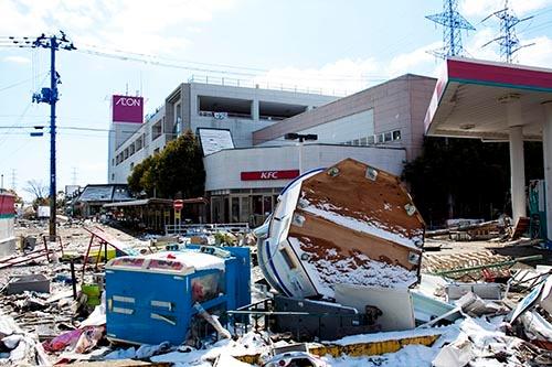 2011年3月11日の東日本大震災から一週間後、多賀城キャンパスから2キロメートルほど海寄りのスーパー近くの被災状況。(写真:ARC image gallery/amanaimages)