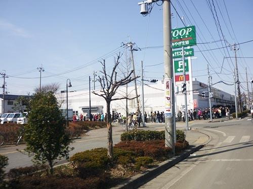 東日本大震災の発生から4日後、宮城野キャンパスのある仙台市宮城野区で撮影。生協の建物の周りに長い行列が。(画像:PIXTA)