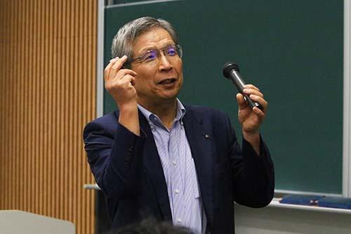 <b>近藤宣之(こんどう・のぶゆき)氏</b><br/><b>日本レーザー社長</b><br/><br/>1944年東京生まれ。1968年慶応義塾大学工学部電気工学科を卒業、日本電子に入社。総合企画室次長、取締役米国法人支配人、取締役国内営業担当などを経て1994年子会社の日本レーザー社長に就任。債務超過だった同社を1年で黒字化し、2年で累損を一掃する。2007年、JLCホールディングスを設立し社長に就任。「MEBO(Management and Employee Buyout=経営陣と従業員による自社株買収)」という手法で独立を果たす。就任以来の連続黒字達成などが評価され、「日本でいちばん大切にしたい会社」大賞中小企業長官賞、「勇気ある経営大賞」などを受賞。著書に『ビジネスマンの君に伝えたい40のこと』(あさ出版)など。(写真=陶山勉、以下同)