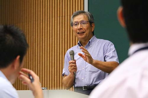<b>近藤宣之(こんどう・のぶゆき)氏</b><br/><b>日本レーザー社長</b><br/><br/>1944年東京生まれ。1968年慶応義塾大学工学部電気工学科を卒業、日本電子に入社。総合企画室次長、取締役米国法人支配人、取締役国内営業担当などを経て1994年子会社の日本レーザー社長に就任。債務超過だった同社を1年で黒字化し、2年で累損を一掃する。2007年、JLCホールディングスを設立し社長に就任。「MEBO(Management and Employee Buyout=経営陣と従業員による自社株買収)」という手法で独立を果たす。就任以来の連続黒字達成などが評価され、「日本でいちばん大切にしたい会社」大賞 中小企業長官賞、「勇気ある経営大賞」などを受賞。著書に『ビジネスマンの君に伝えたい40のこと』(あさ出版)など。(写真=陶山勉、以下同)