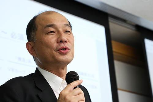 <b>斎藤英明(さいとう・ひであき)氏<br>アクサダイレクト生命保険 代表取締役社長</b><br>1963年東京都生まれ。1986年東京大学法学部を卒業後、農林中央金庫に入庫。本店で融資を担当していた1994年に米スタンフォード大学ビジネススクールへ留学、1996年MBAを取得。1998年ボストン・コンサルティング・グループに入社し、後にパートナー&マネージング・ディレクターも務めた。2010年シスコシステムズに移り、常務執行役員、専務執行役員を歴任した。2013年2月アクサダイレクト生命保険(旧ネクスティア生命保険、2013年5月社名変更)の社長に就任。落ち込みが続いていた新契約件数を約2年でV字回復させた。(写真:陶山勉)