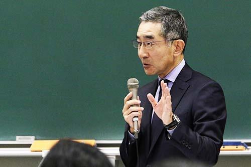<b>佐久間総一郎(さくま・そういちろう)氏</b><br/><b>新日鐵住金 代表取締役副社長</b><br/><br/>1956年生まれ。1978年東京大学法学部を卒業後、新日本製鉄に入社。2004年総務部部長、2009年執行役員、2012年常務執行役員に就任。常務取締役を経て2014年より現職。