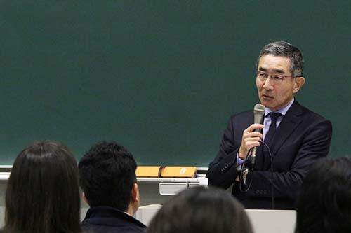 <b>佐久間総一郎(さくま・そういちろう)氏</b><br/><b>新日鐵住金 代表取締役副社長</b><br/><br/>1956年生まれ。1978年東京大学法学部を卒業後、新日本製鉄に入社。2004年総務部部長、2009年執行役員、2012年常務執行役員に就任。常務取締役を経て2014年より現職。(写真=陶山勉、以下同)