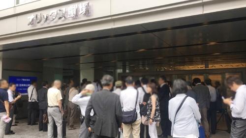 会場の大阪・オリックス劇場に続々と株主が詰めかける