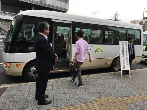 JR岡山駅からベネッセの本社まではクルマで10分程度。駅から離れているので、株主総会に合わせて臨時バスを用意したようだ