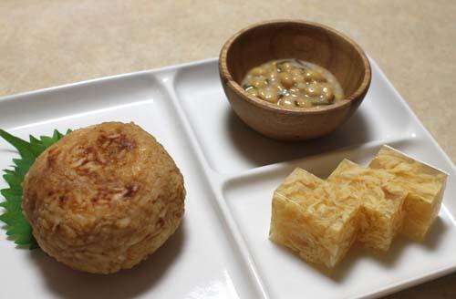 「べんけい飯」※写真左:べんけい飯、右奥:塩納豆、右手前:玉子寒天(ト一屋)