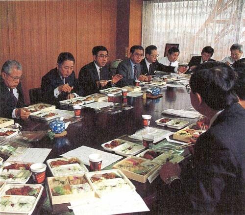 緊張感に包まれる役員試食会(左から3人目が鈴木敏文氏)