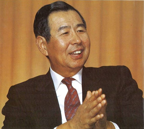 <b>伊藤雅俊(いとう・まさとし)氏</b>。<br />1924年4月30日、東京都生まれ。1944年横浜市立商業専門学校(現横浜市立大)卒業。翌1945年、東京都足立区千住にあった家業の洋品店羊華堂に勤める。1958年ヨーカ堂を設立、社長に就任。1965年、社名をイトーヨーカ堂に変更。1973年にはデニーズ・ジャパン、セブン-イレブン・ジャパンを設立、それぞれの社長を兼務。1978年、1981年にはセブン-イレブン・ジャパン、デニーズ・ジャパンの会長に就任。この間、1978〜1980年には日本チェーンストア協会会長を務めた(写真:梅原 剛)