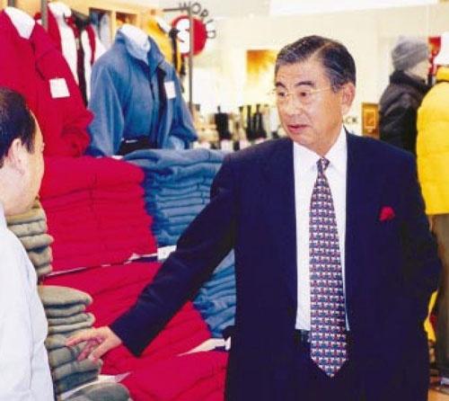 <b>鈴木 敏文(すずき・としふみ)氏</b><br />1932年12月1日長野県生まれ。1956年中央大学経済学部を卒業後、トーハンに就職。1963年イトーヨーカ堂に転じる。1973年ヨークセブン(現セブン-イレブン・ジャパン)設立、1978年社長に就任。1982年ヨーカ堂初の減益を機に経営改革に着手。1992年にヨーカ堂社長兼セブンイレブン会長に就く。1997年から経団連副会長。仕事での滑らかな弁舌、強い口調と対照的に、プライベートでは相手の顔もまともに見られないほど内気で口数少ない。年2回の経営方針説明会では、グループの幹部社員約9000人に檄を飛ばす