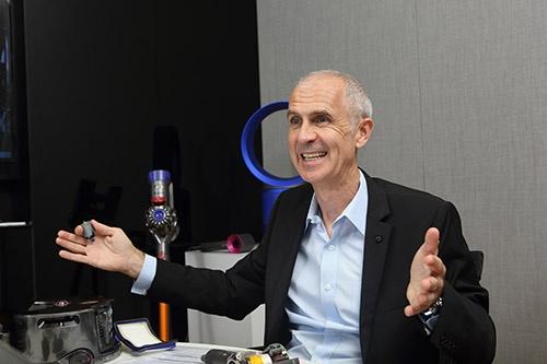 """<span class=""""fontBold"""">ジム・ローウェン(Jim Rowan)氏</span><br /> 2017年10月、ダイソンのCEOに就任。米ブラックベリー(旧リサーチ・イン・モーション)などで約20年以上、製品開発やサプライチェーンの構築、グローバル展開に従事してきた。12年8月からダイソンCOO(最高執行責任者)として、シンガポールを拠点にサプライチェーンの構築などに尽力してきた。(写真:原隆夫、以下同)"""