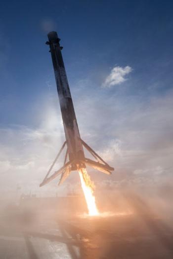 空中で姿勢を制御しながら舞い降りるファルコン9の第1弾ロケット