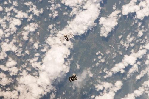 60近くの靴箱サイズの衛星が軌道上を飛ぶ