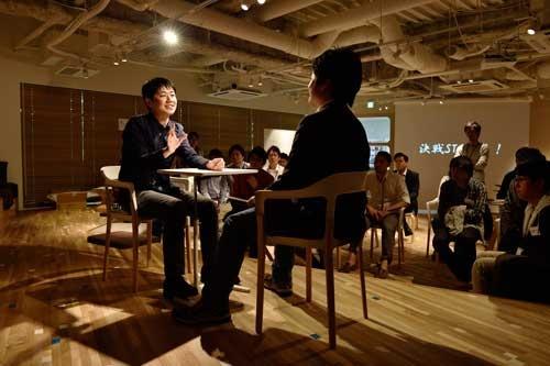 リブセンスの「天下一話道会」。村上太一社長(左)らが、自社の魅力を学生にアピールする話術を競い合った(写真:大槻純一)