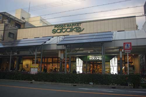 決意表明の寄せ書きや、独自の集客イベントに取り組む佐竹食品の店舗