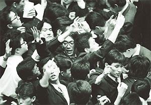 <b>サインで株式の売買をしていた東京証券取引所の場立ち</b>(写真=読売新聞/アフロ)