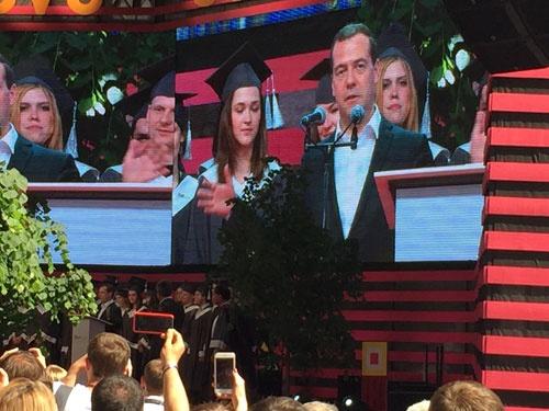 スタートアップヴィレッジでのスコルテック最初の卒業式でスピーチするメドベージェフ首相