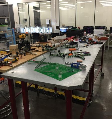 スコルコボにある研究室の一角。3Dプリンターやドローンの基盤のようなものが置かれている