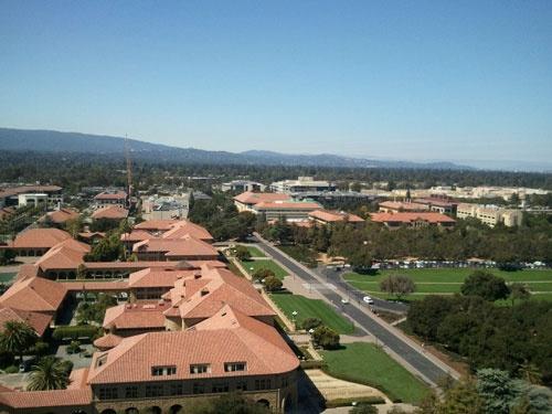 スタンフォード大学創立50週年を記念して建てられたフーバータワーからシリコンバレーをのぞむ