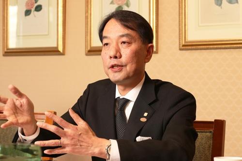 「顧客の求めるサービスレベルはますます高まっている」と話すホテル椿山荘東京の和泉浩総支配人(撮影:都築雅人)