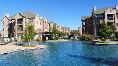 中庭のプールなど共用設備が充実している