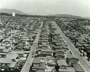 1971年の開発当初の緑が丘ネオポリス。最先端のニュータウンとして神戸市内で働く若手会社員が入居し、地域は活気に満ちあふれた。