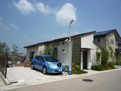 集会所に設置した太陽光発電で電気自動車を充電。電気自動車は共用で使える上に、災害時は電力供給することも可能。
