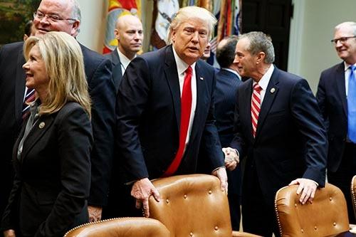 2月16日、ホワイトハウスで共和党下院議員との会談に出席したドナルド・トランプ大統領。(写真:AP/アフロ)