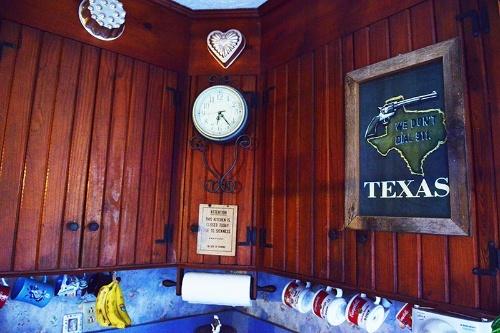 パメラ氏のキッチンにかかっている額縁。ここがテキサスだということを思い起こさせる