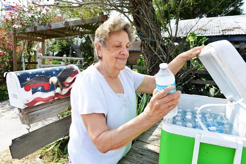 庭のクーラーボックスには水や炭酸水が用意されている