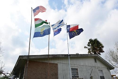 モンシー氏の自宅には様々な国の国旗が飾られている。「オレの母親はハンガリー人のロマ(少数民族)で、親族の多くはナチスの強制収容所で死んだ。あそこのオーストラリア国旗はベトナム戦争の帰還兵だった知人のオーストラリア人のためのものだ。個人的な象徴として旗を立てている」