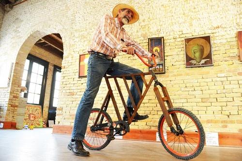 ギャラリーの内部。ここに展示されている作品は地元アーティストのもの。彼が乗っている自転車はフェンスと同様の素材を使って制作している